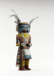 Kau-a ou Qoia selon les villages, représente le Katsina Navajo qui psalmodie des mélopées en cette langue lors de ses apparitions dans les danses régulières. Dans le village de Hishongnovi (Seconde Mesa), il est vu durant le Pachavu. S'il y a deux sortes de Kau-a bien distinctes, chaque danseur arbore toujours de grosses touffes de laine et de plumes à la place des oreilles.
